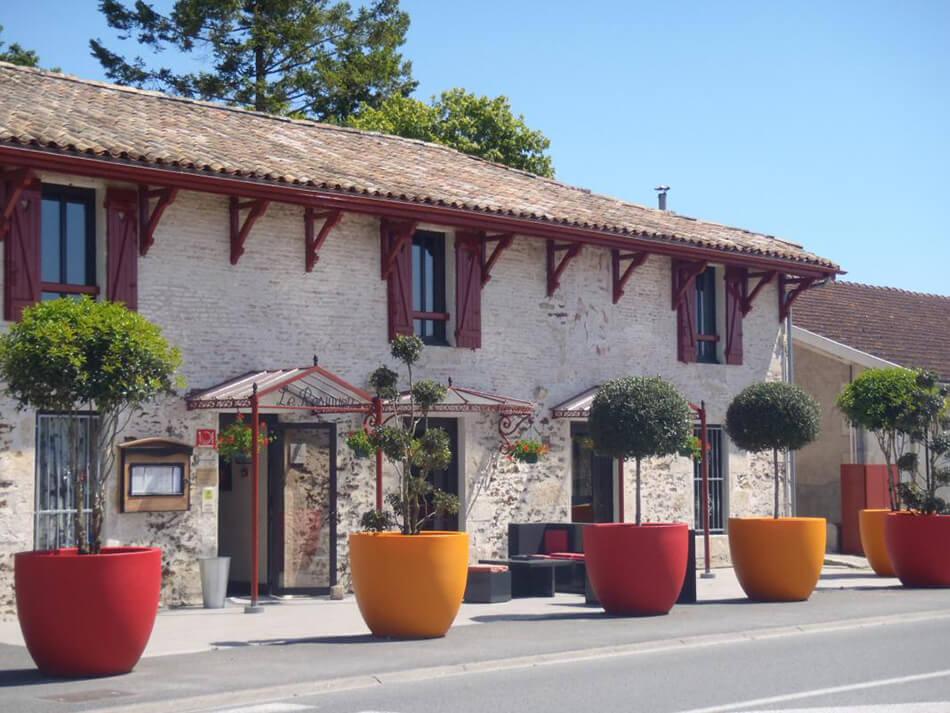Aménagement arbustes restaurant Resinier Le Barp - pépinière La Palmeraie